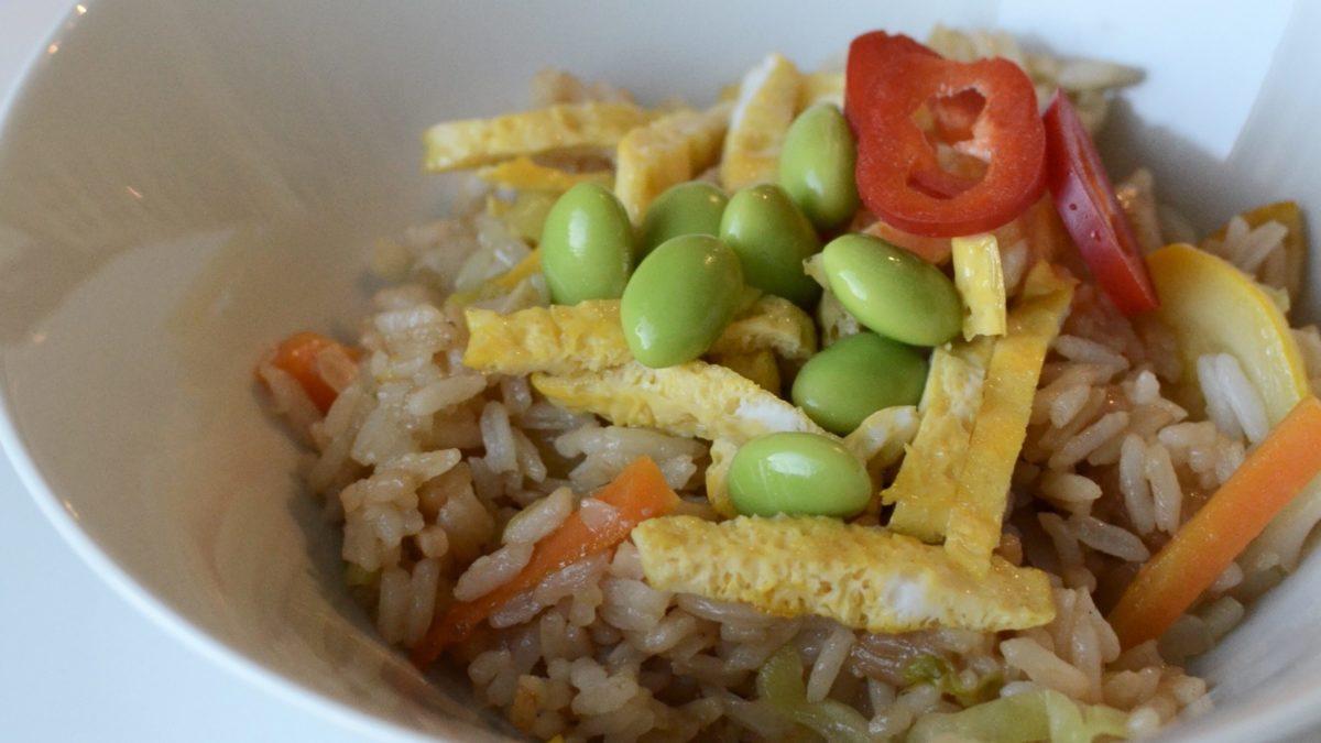 stekt ris grønnsaker egg